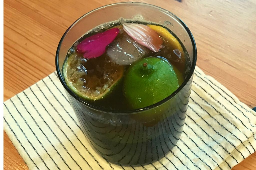 coke in glass with limes & ice
